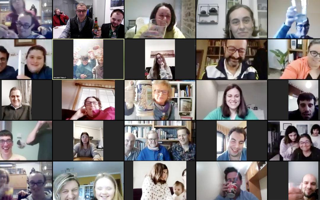 Brindis de familias y trabajadores de Down Compostela en su primer encuentro virtual